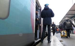 Un train Ouigo s'apprête à quitter le quai de la gare de Rennes, le 8 décembre 2017.