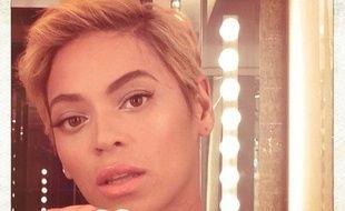 Beyoncé montre sa nouvelle coupe de cheveux à ses fans sur Instagram.