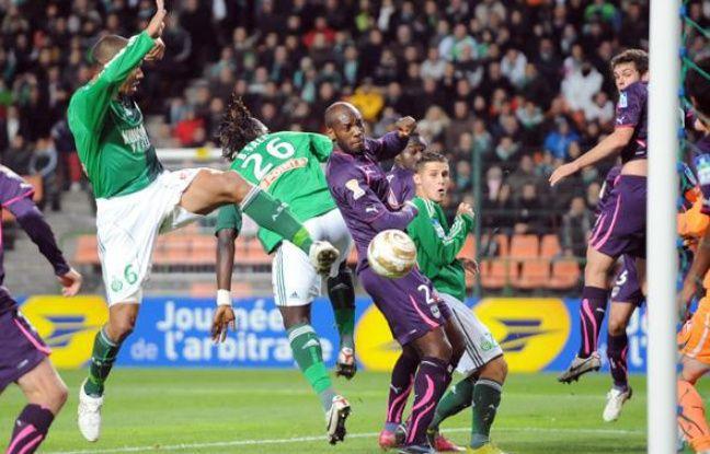 Le Stéphanois Sylvain Monsoreau face au Bordelais Michaël Ciani le 26 octobre 2010 à Saint-Etienne.