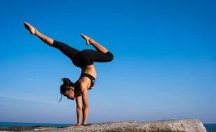 Yogi en plein exercice d'équilibrisme