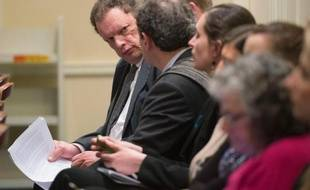 Le président de la SNCF America Alain Leray discute avec ses collègues avant de témoigner à Annapolis au Maryland le 10 mars 2013