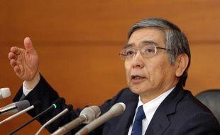 Contrairement à la Réserve fédérale américaine qui vient d'annoncer un léger resserrement monétaire, la Banque du Japon a décidé vendredi de maintenir le rythme de ses injections de liquidités dans les circuits.