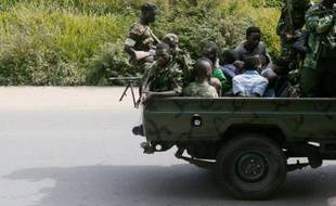 Un véhicule militaire transportant des hommes ligotés circule le 11 décembre 2015 dans le quartier de Musaga, à Bujumbura