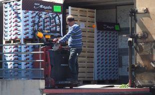 Un employé charge des fruits dans le train de Fret Perpignan-Rungis, le 14 mai 2019.