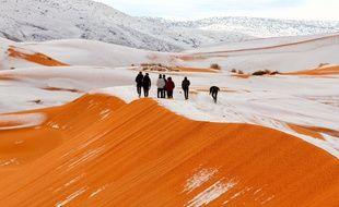 Un fin manteau blanc a recouvert, l'espace de quelques heures, les dunes sahariennes.
