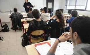Illustration - Cour de chimieen vue delapréparation au baccalauréat dans une classe du lycée Galilée à Gennevilliers, le 23 mai 2013.