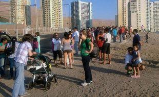 Des gens se regroupent après une alerte au tsunami à Iquique le 16 mars 2014