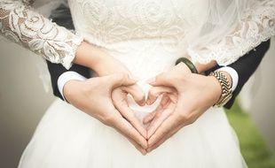 Un couple de mariés. Image d'illustration.