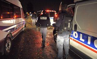 Des patrouilles de police, la nuit. (Illustration)