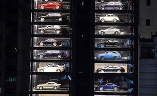 A Singapour, où chaque mètre carré est compté, un vendeur de voitures de luxe d'occasion a trouvé la parade : les proposer dans un distributeur automatique.