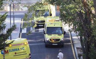 Les ambulances transportant Miguel Pajares Martin, un missionnaire espagnol porteur du virus Ebola, à l'hôpital Carlos III à Madrid le 7 août 2014