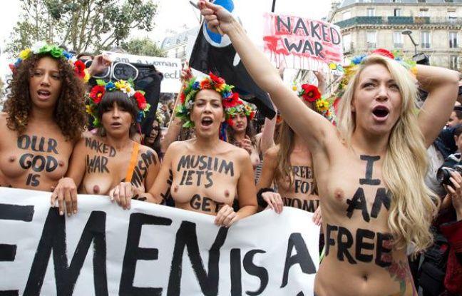 Les activistes ukrainiennes de Femen défilent à Paris pour l'ouverture de leur centre d'entraînement international, le 18 septembre 2012.