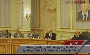 Capture d'écran de la télévision d'Etat égyptienne Al-Masriya montrant le nouveau vice-président Omar Souleimane (D) lors des concertations avec des membres de l'opposition, au Caire, le 6 février 2011.