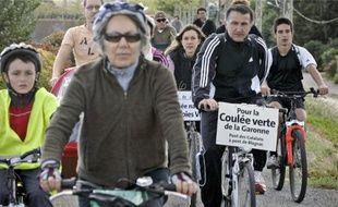 Près de 50 cyclistes ont manifesté hier pour des pistes cyclables le long de la Garonne.
