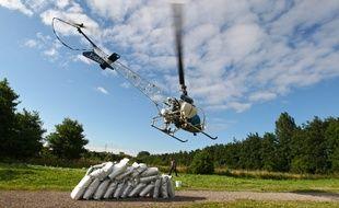 Illustration d'un épandage aérien au moyen d'un insecticide sous forme de granules dans la vallée de la Marque. MIKAEL LIBERT / 20 MINUTES