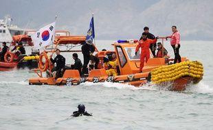 Recherches en Corée su Sud après le naufrage d'un ferry, le 18 avril 2014.