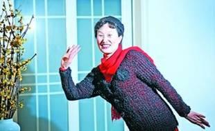 Xiang Renxian présente le pull et le bonnet qu'elle a tricotés avec ses propres cheveux.