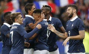 Les joueurs de l'équipe de France de football fêtent un but contre l'Allemagne le 13 novembre 2015.