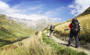 Deux marcheurs font le tour du mont Blanc.