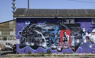 Des affiches et messages pour Steve Caniço sur un bâtiment du quai Wilson à Nantes.