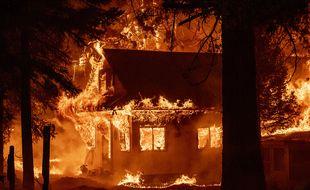 Une maison brûle lors de l'incendie Dixie le 24 juillet 2021, dans le quartier d'Indian Falls, dans le comté de Plumas, en Californie.