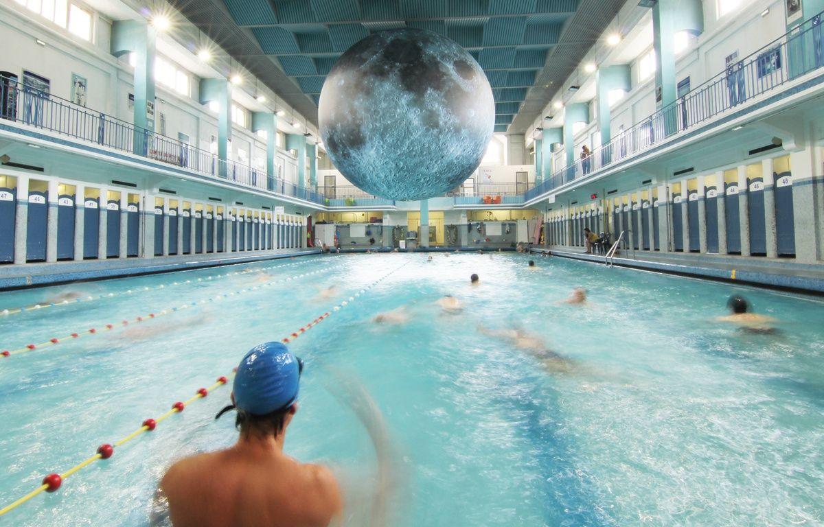 Video rennes une trange lune s 39 invite au dessus de la for Piscine nantes gloriette