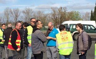 Philippe Poutou au milieu des ouvriers, le 9 mars 2017 à Blanquefort.