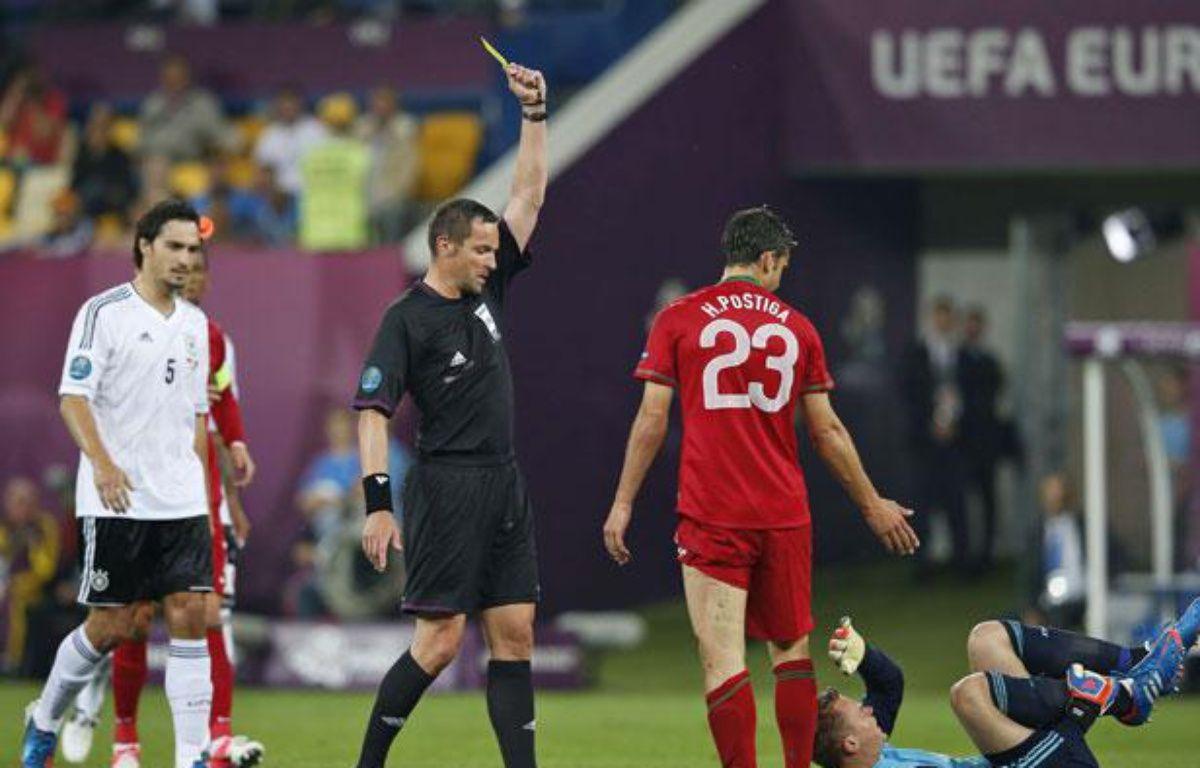 Stéphane Lannoy donnant un carton jaune à l'attaquant portugais Helder Postiga, à Lviv, le 9 juin 2012. – Armando Franca/AP/SIPA