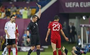 Stéphane Lannoy donnant un carton jaune à l'attaquant portugais Helder Postiga, à Lviv, le 9 juin 2012.