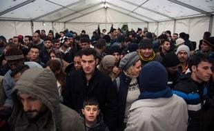 Des migrants récemment arrivés font la queue le 15 octobre 2015 pour s'enregistrer pour obtenir le statut de réfugié à Berlin.