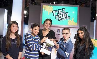 La journaliste Hélène Roussel, entourée de collégiens sur le plateau de «T'as tout compris» (France 4).