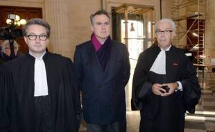 Les avocats des parties civiles Arnaud Dupin (à gauche) et Benoît Ducos-Ader.Au centre, Olivier Pelat, le tuteur ad hoc de Liliane Bettencourt  AFP PHOTO / MEHDI FEDOUACH
