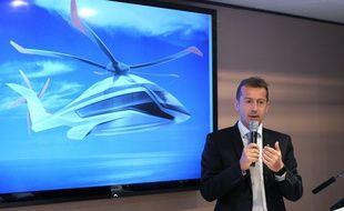 Le PDG d'Airbus Helicopters Guillaume Faury présente le X6 au salon du Bourget.