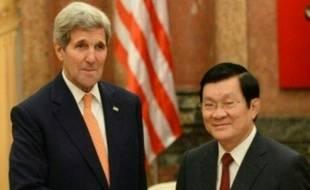 Le secrétaire d'Etat américain John Kerry (G) salue le Président vietnamien Truong Tan Sang (D) lors de leur rencontre au palais présidentiel d'Hanoï, le 7 août 2015