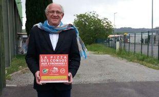 Philippe Leplomb présente fièrement la pizza élaborée par des consommateurs.