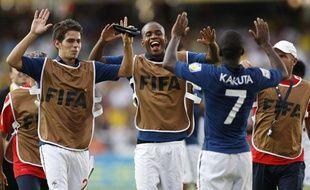 Les joueurs de l'équipe de France des moins de 20 ans se congratulent après leur victoire face au Nigéria, le 14 août 2011 à Cali (Colombie).