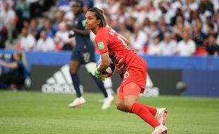 Sarah Bouhaddi lors du match de la France contre les Etats-Unis en quart de finale de la Coupe du monde 2019.