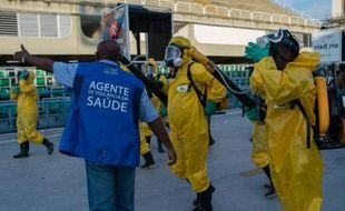 Des agents municipaux diffusent un produit chimique contre les moustiques porteurs du Zika à Rio de Janeiro, au Brésil, le 26 janvier 2016