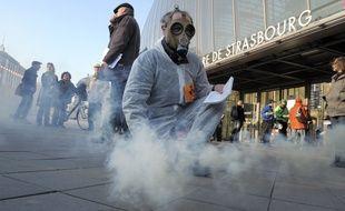 Strasbourg, le 03 mars 2011. - Opération de militants écologistes devant la gare de Strasbourg suite au passage d'un train avec des déchets nucléaires en Alsace.