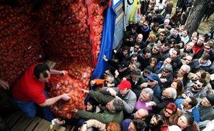 """Le chiffre d'affaires des commerçants grecs affiche une baisse de 15% pour les fêtes de la Pâque orthodoxe, parmi les plus importantes de l'année, qui seront célébrées dimanche et s'annoncent comme """"les plus frugales de la décennie"""", a indiqué vendredi leur syndicat."""