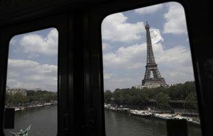 Un drapeau géant flotte sur la tour Eiffel, à Paris, le mardi 8 juin 2021.