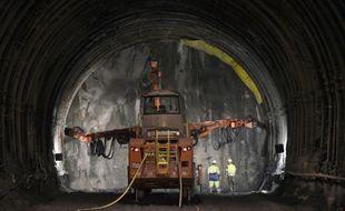 Des ouvriers travaillent dans la galerie de reconnaissance de Saint-Martin-de-la-Porte, appelée à devenir un des tubes du futur tunnel transalpin de 57 km de la LGV Lyon-Turin, le 6 mai 2015 dans la vallée de la Maurienne