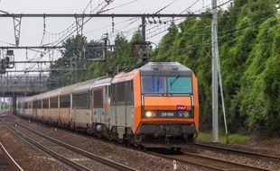Un train Intercités en provenance de Toulouse au niveau de Vitry-sur-Seine, non loin de la gare parisienne d'Austerlitz, son terminus, le 19 juin 2016.