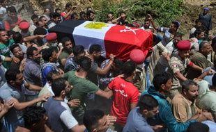 Des personnes en deuil portent le cercueil d'un soldat égyptien lors de ses funérailles dans le village d'Abwan, dans la province de Minya, le 1er mai. L'hommea été tué dans une explosion visant un véhicule blindé près de Bir al-Abed dans le Nord du Sinaï.