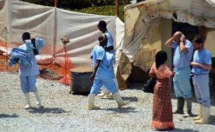 Des personnels médicaux dans un centre d'isolement de personnes infectées par le virus Ebola à Conakry le 14 avril 2014