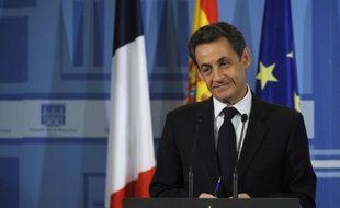 Le président français Nicolas Sarkozy a refusé à plusieurs reprises de répondre à un journaliste de Reuters qui l'interrogeait sur la perte du triple A de la France, lundi à Madrid, lors d'une conférence de presse commune avec le chef du gouvernement espagnol Mariano Rajoy.