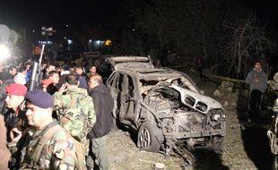 Les forces de sécurité libanaises inspectent les alentours d'un attentat suicide dans le village d'Al-Nabi Othman, près de la frontière syrienne, le 16 mars 2014.