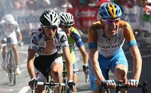 Le coureur britannique de Garmin Bradley Wiggins (à dr.) et le Luxembourgeois de Saxo Bank Frank Schleck dans l'ascension de Verbier, le 19 juillet 2009, sur le Tour de France.