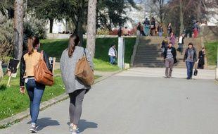 Des étudiantes sur le campus de Rennes 2 à Villejean.