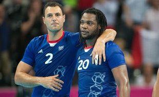 Jérôme Fernandez et Cédric Sorhaindo après la victoire de l'équipe de France de handball sur la Croatie en demi-finales des jeux Olympiques (25-22), le 10 août 2012 à Londres.